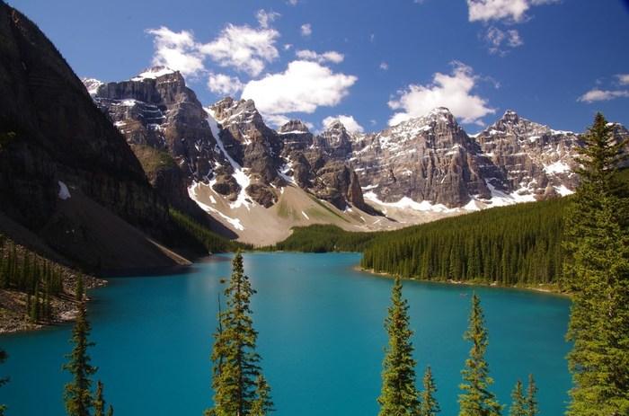 3000メートル級の名峰が連なるカナディアン・ロッキーに抱かれたバンフ国立公園は、敷地面積6641キロ平方メートルの国立公園です。モーレン湖、キャッスルマウンテンといった景勝地の宝庫でもあるバンフ国立公園では、世界遺産に登録されています。