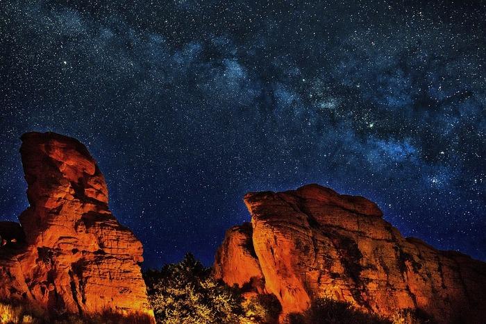 どこを切り取っても絶景となるグランド・キャニオンはどの時間帯に訪れても迫力満点の景色を臨むことができます。天候に恵まれたら、雲ひとつない夜空に満天の星々が煌めくプラネタリウムのような夜空を眺めることができます。