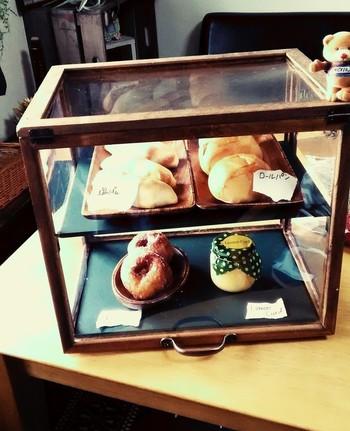 ほこりからも守ってくれるから、一時的な食べ物の保存にも使えます。乾燥防止にも◎ 上手に焼けたお菓子を飾ると、まるでカフェのようで気分が上がりそうですね。