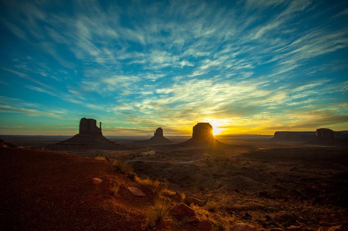 モニュメント・バレーで迎える夜明けの美しさは格別です。どこまでも続く広大な大地、不思議な形をしたいくつもの巨岩、地平線の彼方から顔を出す朝陽が織りなす景色は絶景そのものです。