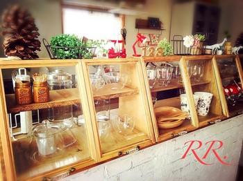 美しいガラスの食器たちが、キッチンをおしゃれに着飾ってくれています。これだけ幅をとっても、重たくならないのは木×ガラス製ならではの良さ◎