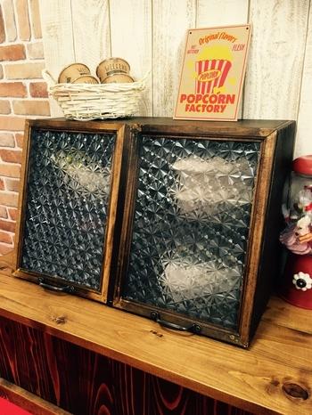 すりガラスからうっすらと除く食器や雑貨のフォルムも素敵です。生活感が出てしまう部分をうまく目隠しできるので、収納が苦手な方は、すりガラスを使ってみては?