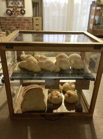 朝食用のパンを入れておくのにも調度いい。使わない時は、食 器などを入れておけるから、ブレッドケースを使うより便利で す。