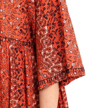 たっぷりギャザーとベルスリーブの袖が可愛らしいシルエットですが、小さな花柄とレトロな色合いは大人のヴィンテージな着こなしに。柔らかなインド綿100%生地で、軽やかな春のお出かけにぴったりです。