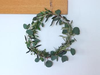 こちらは庭に植えているハーブを摘んできて丸めただけのシンプルなリース。自家製ハーブの不揃いな葉が、より味わいのある佇まいに仕上がっていますね。フレッシュハーブなので、部屋に漂うハーブの香りを楽しめるのもポイント。日々変化していく風合いを楽しむこともできます。