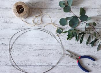 シンプルリースは土台が必要ないのでお手軽です。細くしなやかな枝を選んで、ワイヤーで数か所束ねるだけで充分です。  細めのワイヤーを丸めて、金属部分を隠すようにハーブを巻きつけていくだけ。壁掛け用の麻紐も最初に付けておきましょう。フラワーアレンジメントに使う地巻きワイヤー(緑の紙が巻いてあるワイヤー)があれば、より一体感が出ますよ。どれも100円ショップで購入することができます。  きれいに乾燥させるためには、できるだけ風通しの良い場所に飾ってあげるのがポイントです。