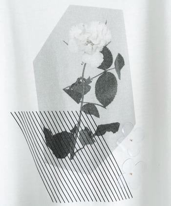 胸元にプリントされたのはモノクロの一輪の花。画像では見にくいのですが、ビニール素材のお花モチーフもさり気なくついています。