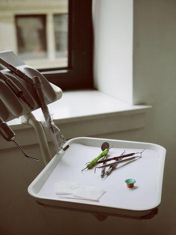 また、しばらく歯医者さんに行ってない……という方も、要注意。自覚はなくても、虫歯や歯周病が進行している場合もあります。そうならない為に、歯の磨き方を意識する機会を作りましょう。磨き方の他、おすすめの歯ブラシや歯ミガキ粉など、歯の健康維持に役だつアイテムも紹介します!
