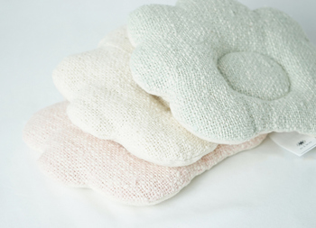 いまでは、とても希少になっているガラ紡のベビー枕。新しい機械では紡げない短いオーガニックコットンも、ゆっくりゆっくり紡ぐガラ紡なら紡げます。凹凸のある優しい風合いは、ガラ紡ならでは。外側はもちろん、なんと中綿までオーガニックコットンです。