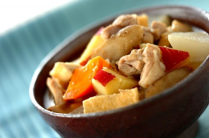 鶏肉とサツマイモ、ダイコン、ゴボウ、ネギなどを入れた具だくさんの素朴な味噌汁です。