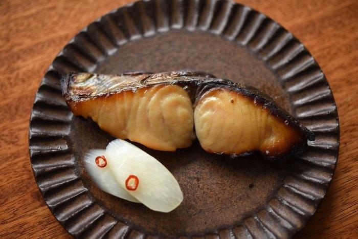 """西京みそにみりんやお酒などを加えて作った味噌床に、さわらを漬け込んだ""""西京味噌漬け""""を焼いた「さわらの西京焼き」。ふっくらとした身とまろやかな西京味噌の上品な味わいです。"""