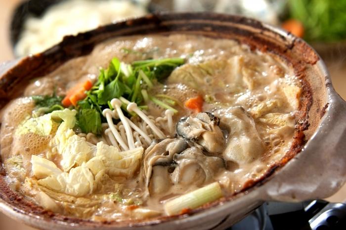 味噌を鍋の内側に土手のように塗り、カキや豆腐、白菜などの野菜を煮込んでいただく広島の郷土鍋。白みそと赤みそを合わせることも。