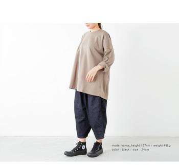 安定感のあるダックブーツデザインは、ボリューミーな洋服と相性ぴったり。そのワーク風ムードで、どんな洋服もヴィンテージなカジュアルテイストに仕上げます。