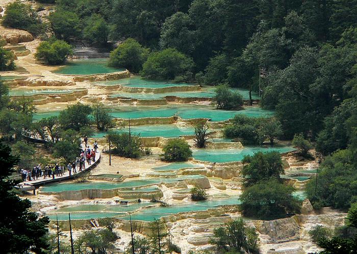 世界遺産・黄龍の峡谷には、豊かな大自然が残されています。白い石灰岩の棚田、棚田を撫でるように流れる透き通る水、豊かな森の緑が融和した景色は、まさに絶景そのものです。