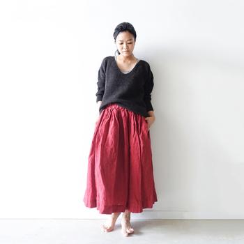 自然なシワが味わい深い、リネン素材のレッドスカート。ルーズシルエットのニットで、色っぽさを残しつつリラクシーに着るのが正解です。