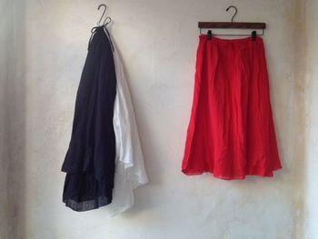 ワードローブに春らしさが備わるキレイ色のスカート。色はもちろん、素材やレングスによっても、コーディネートのテイストが違ってきます。ぜひ参考にして、自分にしっくりくる一枚を見つけてみてくださいね。