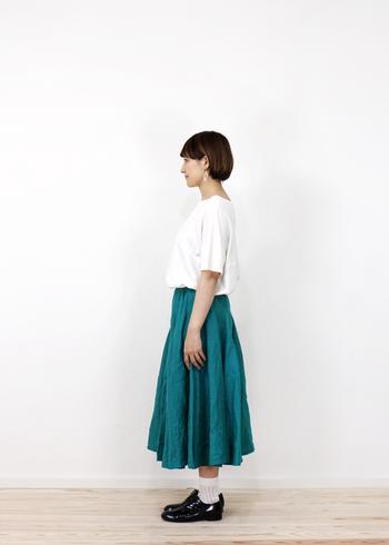 人とは違うカラースカートをお探しなら、発色が絶妙なブルーグリーンなんていかが?青味を帯びたこんなグリーンなら、プレーンなTシャツもグッとノーブルに着こなせます。