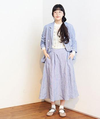発色のよいカラースカートに躊躇している方は、色味を抑えたこんな淡ブルーがGOOD。主張が少ないので、いろんなアイテムとの組み合わせが楽しめます。