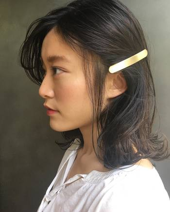 大人っぽい雰囲気を出したい日は、前髪をサイドに流してからバレッタをパチン!ツヤのあるゴールドのヘアアクセサリーなら、クラス感も十分です。