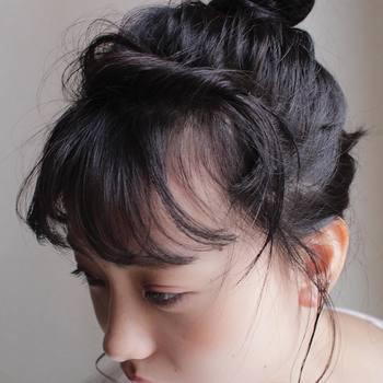 前髪を後方にねじってから留めると、顔回りの華やかさもアップ。毛量のある厚い前髪を、薄く軽やかにしたいときにも使える方法です。