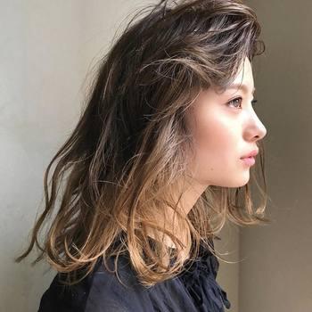 サイドへとスムーズにつながるよう、前髪の毛先を巻いてナチュラルにセット。仕上げはハードスプレーorワックスで、しっかり固めておきましょう。