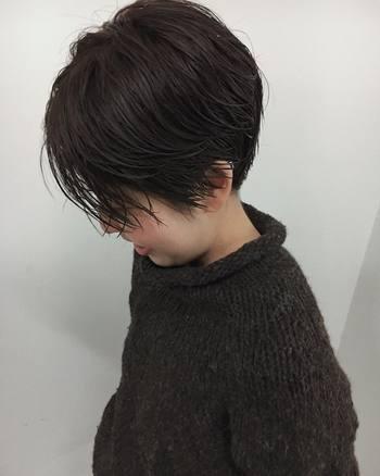 ムースやワックスを指先にとったら、前髪を少量ずつねじって毛束感を表現。気になる前髪の「パラパラ感」がなくなって、流れもつくりやすくなるんです。