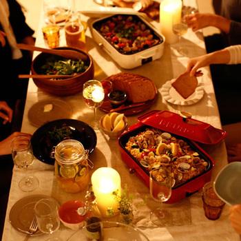 テーブルにそのまま出してもOKなおしゃれなデザインも人気の秘密。ふたを開けたときにただようお料理のいい香りとダイナミックな盛り付けは、パーティーにピッタリですね。