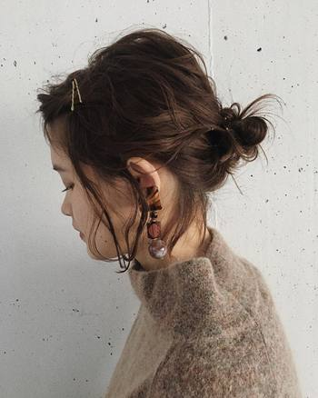 後ろでまとめきれない前髪を、アメピンでサクッと固定。ブラウンやゴールドなど、ブラック以外のアメピンなら、ヘアアレンジの良いアクセントにもなりますよ。