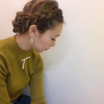 編み込みで前髪を入れ込めば、フェミニンかつ清楚なヘアアレンジが完成。裏編みにすることで、全体的に立体感も生まれます。