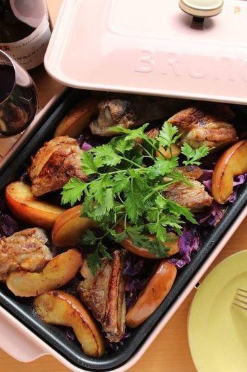 『塩麹スペアリブとりんごと紫キャベツのソテー』  見た目が豪華なスペアリブ。手間がかかりそうに見えますが、塩麹に漬け込んで焼くだけなので簡単!りんごと紫キャベツを添えてより華やかに。