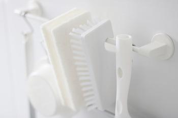 掃除用具も清潔に保つのがキレイのコツ。クリーナーやブラシは突っ張り棒などで引っ掛けて保管すると、水も切れて衛生的です。