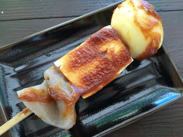 じゃがいもや豆腐、こんにゃくなどを竹串に刺し、味噌だれをつけてくるくると回しながら焼く、徳島の郷土料理「でこまわし」。人形浄瑠璃の「人形(でこ)」に似ていることから、「でこまわし」と呼ばれるようになったのだそう。
