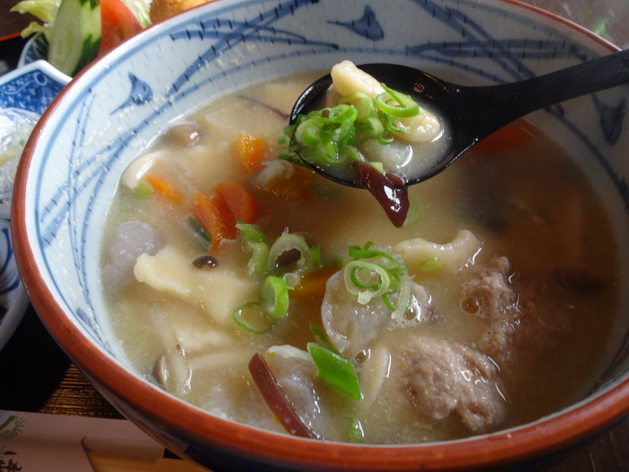 小麦粉を練って作った団子(だご)や麺に豚肉、ゴボウ、ニンジン、大根、里芋などの根菜を入れた熊本の郷土料理です。