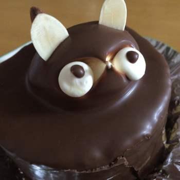北海道虻田郡倶知安の倶知安駅からから徒歩約3分の距離にある「菓子工房みやたけ」。はじめは和菓子店でしたが、洋菓子があまり浸透していなかった昭和30年代に洋風のお菓子を作ったことがきっかけとなり、洋菓子部門がスタートしました。