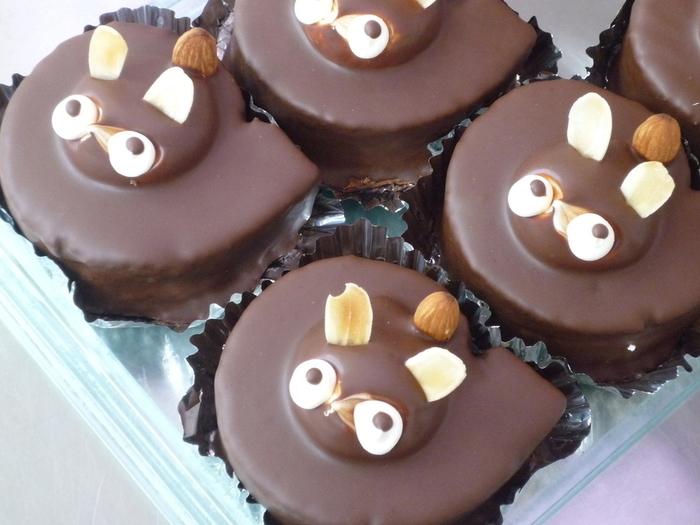 昭和の洋菓子で人気のたぬきケーキ。みやたけでは、コーヒーロールケーキをベースとし、かわいらしい子たぬきにデコレーションしてあります。いっぱい並んでいる姿もとても愛らしく、微妙に表情が違うのがまた素敵。