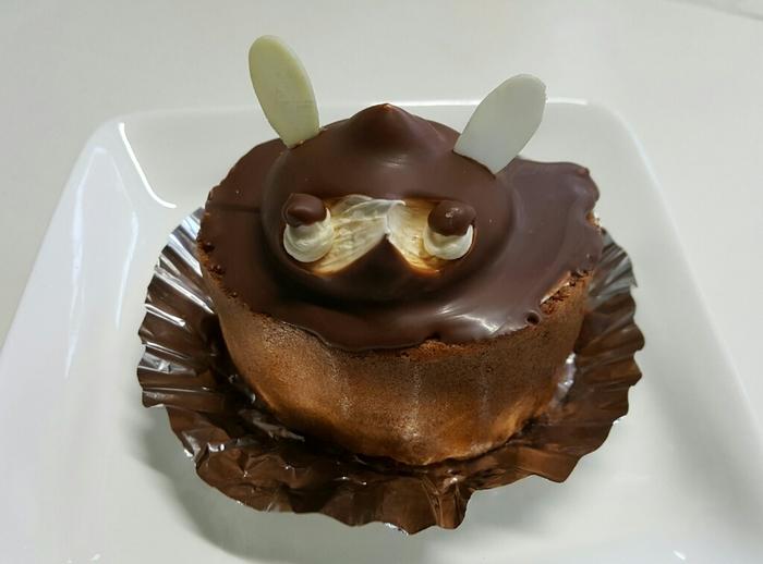 同じく三重県志摩市、鵜方駅の近くにある「潮騒」のたぬきケーキ「タヌキ」。杏ジャムが入ったココア生地のロールケーキがベースとなり、甘酸っぱさがほどよく、バタークリームとの相性も◎。