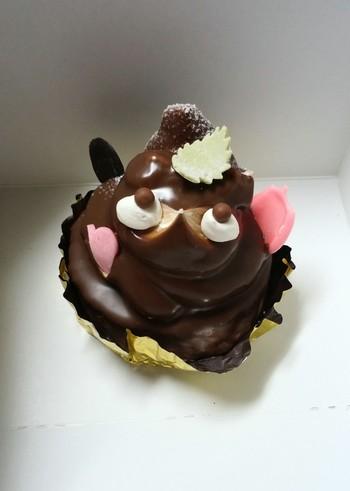 北海道札幌市清田区清田3条にある「シャトレーヌ」で人気の「むかし昔のたぬき」。バタークリームの人気もなくなり全国からたぬきケーキが消えてゆく頃、こちらも製造を中止していましたが2011年に復活し、昔の味を懐かしむ大人を中心に今では人気の商品となっています。