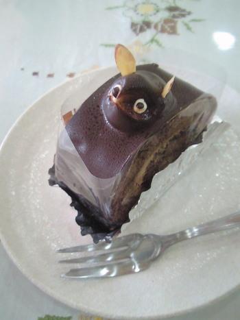 神奈川県川崎市の宮崎台駅ほど近くにある「ロワール」のたぬきケーキは「ロールケーキ」という名で販売されており、その名の通りに胴体の部分にチョコロールケーキが使用されています。頭部のバタークリームもちょっと珍しいチョコレート味になっているので、懐かしいチョコ味のバタークリームファンの方はぜひ試してみてはいかがでしょうか。