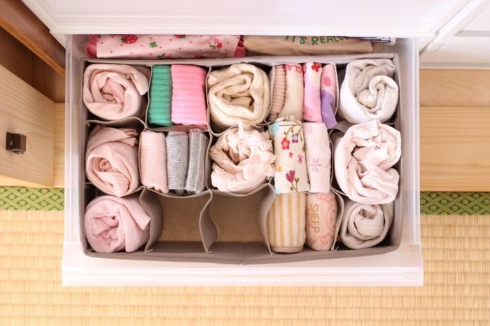 収納ケースのそれぞれの段の収納は、ニトリの仕切りボックスがあると便利です。靴下やタイツをくるくる巻いて収納すると、取り出しやすく見た目もごちゃごちゃせずスッキリ。