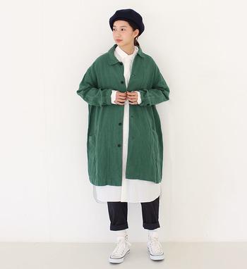 リネンのラフで柔らかい生地感と、きれいなグリーンが春らしさを感じさせるコート。白のシャツと合わせて、爽やかに着こなしたいですね。