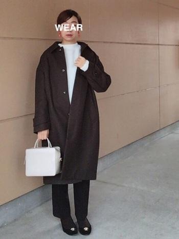 まっすぐなシルエットが多いステンカラーコートですが、コクーンシルエットなら丸みがあって女性らしい印象になります。パンツと合わせるのはもちろん、ワンピースやスカートと合わせるのもおすすめです。