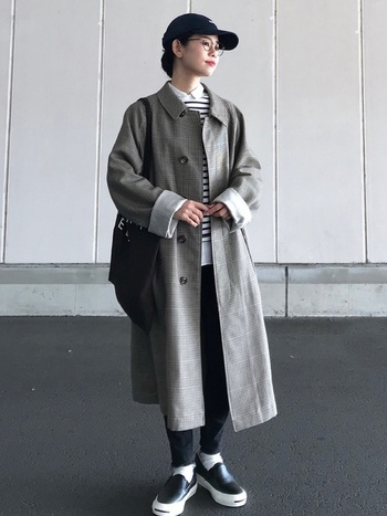 メンズサイズのステンカラーコートを着ると、体が華奢に見える効果があります。長い袖は折り返してアクセントに。