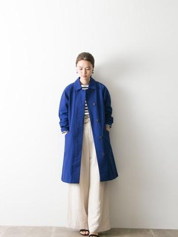 きれいな青のステンカラーコートは、ボーダートップスを着てマリンスタイルに。ホワイト系でまとめて、コートを主役にした爽やかなスタイル。