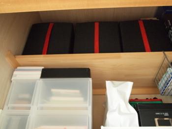 こちらもイケアのボックスです。黒地に赤のコンビネーションがスタイリッシュな印象。取っ手が付いているから、ボックスを上げ下ろしするときに楽々ですね。