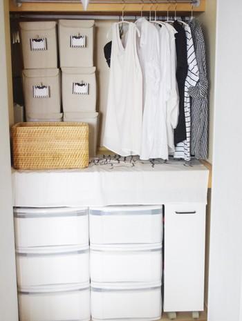 下段は衣装ケースで統一感を演出。上段はダイソーのボックスを活用して小物を収納。手前部分にはすぐ取り出したい衣類などを掛けておくと便利ですね。