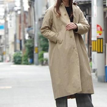 ヴィンテージのような質感の、ヤエカのステンカラーコート。細かい部分までこだわって作られたデザインは、着心地の良さとスタイルの良さを両立させています。
