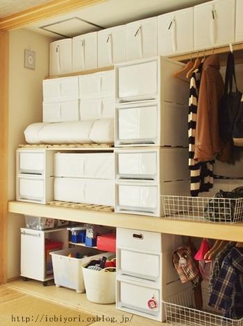 2個重ねた収納ケースの上に板とすのこを設置し、その上に収納ケースを置くと簡易の棚ができちゃいます☆棚の上にも下にもそれぞれ収納できて空間を有効活用できます。