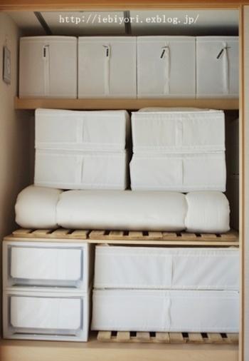収納グッズをすべて白で統一するとスッキリして見え生活感ゼロに。押入れを開けるのが楽しくなりそうですね♪