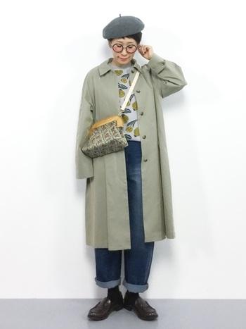 ステンカラーコートはシンプルなので、無地だけでまとめるとさびしくなってしまうことも。トップスやバッグで柄を取り入れると華やかに見えます。