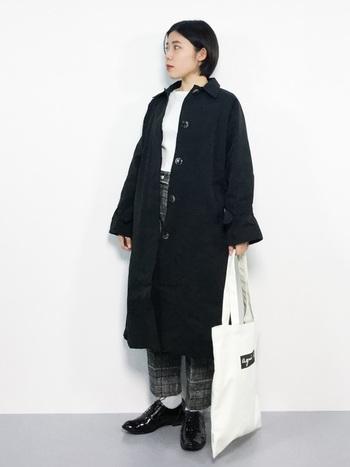 黒のステンカラーコートは、モノトーンでまとめると、より格好良く大人っぽい印象になります。黒の面積が多すぎると重たくなりがちなので、白を効果的に入れましょう。